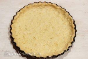 Творожный пирог со смородиной: Распределяем тесто по форме для запекания