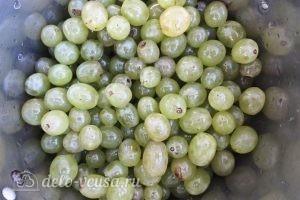 Виноградное варенье: Переложить ягоды в кастрюлю