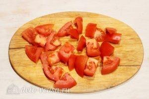 Яичница с помидорами и луком: Режем помидор