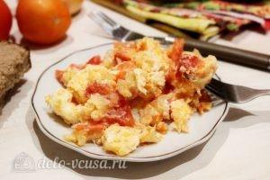 Яичница с помидорами и луком