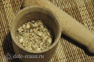 Кабачки с орехами: Толчем орехи