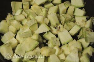 Кабачки с орехами: Добавляем на сковороду кабачки