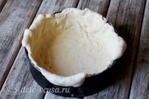 Яичный пирог: Выкладываем тесто в форму