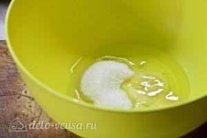 Блины с творогом и бананом: Взбить яйца с сахаром