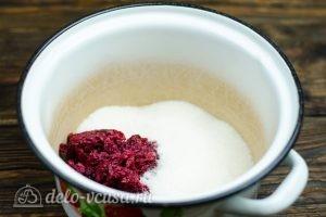 Клюквенный морс: Ягодный жмых и сахар кладем в кастрюлю