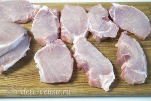 Мясные рулеты с картофелем: Нарезаем свиную вырезку