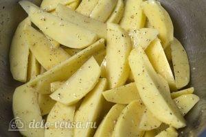 Мясные рулеты с картофелем: Нарезаем картофель и добавляем к ним соль и специи