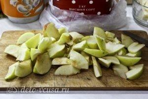 Пирог с манкой и яблоками: Нарезаем яблоки