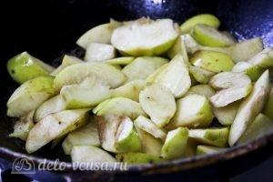 Пирог с манкой и яблоками: Обжариваем яблоки