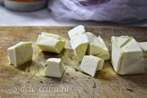 Пирог с манкой и яблоками: Нарезаем сливочное масло