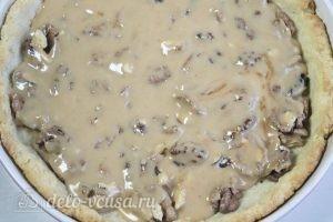 Пирог с шоколадом и орехами: Залить карамелью