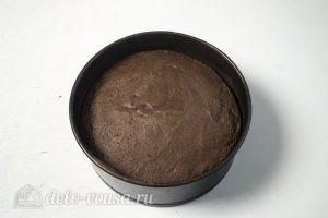 Шоколадный торт с заварным кремом: Остудить и разрезать бисквит