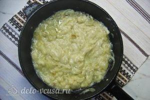 Мясная солянка: Добавляем к луку немного бульона и муки