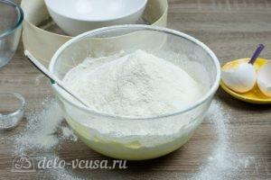 Тертый пирог с вареньем: Добавить просеянную муку