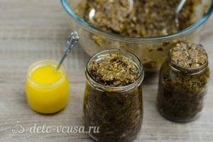 Витаминная смесь из сухофруктов: Перекладываем смесь в банку