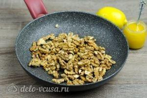 Витаминная смесь из сухофруктов: Подсушить орехи