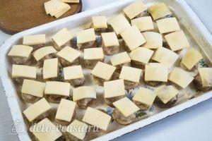 Бублики с фаршем в духовке: Положить на бублики сыр