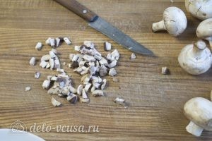 Чебуреки с курицей: Нарезать и обжарить грибы