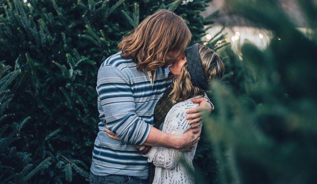Как отметить День святого Валентина: Пара целуется