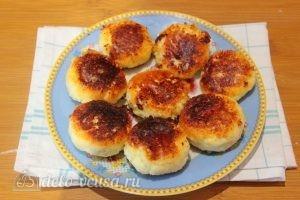 Кокосовые сырники: Выкладываем сырники на блюдо