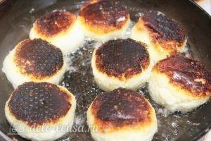 Кокосовые сырники: Обжариваем сырники с обеих сторон