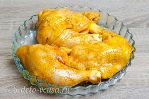 Куриные окорочка в духовке: Кладем окорочка в форму