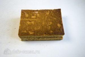 Медовик на желтках: Обрезаем и складываем коржи