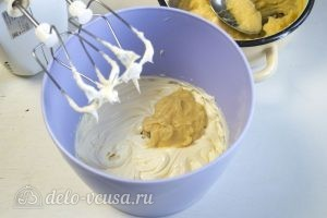Медовик на желтках: Смешиваем крем с маслом