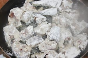 Жареный минтай в муке: Выкладываем минтай на сковороду