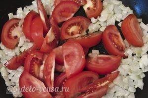 Омлет в лаваше: Тушим лук с помидорами