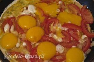 Омлет в лаваше: Вбиваем яйца и добавляем соль