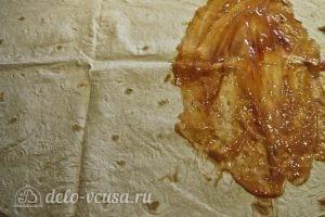 Омлет в лаваше: Размазываем по лавашу смесь кетчупа и майонеза