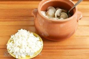Пельмени в горшочках с грибами: Добавляем тертый сыр и масло