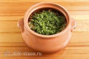 Пельмени в горшочках с грибами: Посыпаем готовое блюдо зеленью