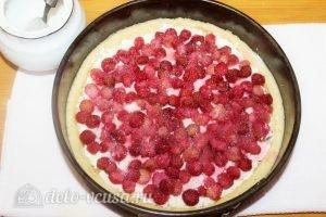 Песочный пирог с творогом и ягодами: Присыпаем все сахарным песком