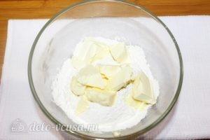 Песочный пирог с творогом и ягодами: Добавляем сливочное масло