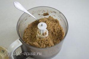 Пирог Сметанник: Влить масло в печенье и перемешать