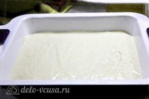 Пирог с манкой и яблоками: Выливаем тесто в форму