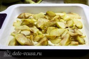 Пирог с манкой и яблоками: Выкладываем в тесто яблоки