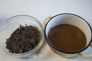Шоколадно-карамельный торт: Нарезать шоколад