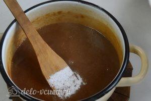 Шоколадно-карамельный торт: Добавить соль и масло