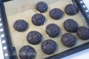 Шоколадно-кокосовое печенье: Вынимаем готовое печенье