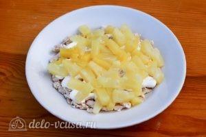 Салат Дамский: Выкладываем ананасы