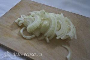 Салат с блинами и грибами: Нарезать лук