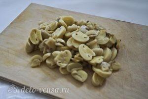 Салат с блинами и грибами: Нарезать шампиньоны