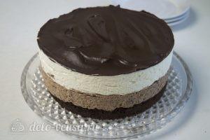 Сливочно-шоколадный торт: Освобождаем торт от формы