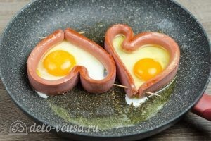 Яичница Сердце: Разбить яйца