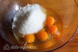 Малиновый пирог в мультиварке: Соединяем яйца и сахар