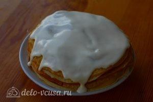 Блинно-творожный торт: Намазать сметану на последний блин