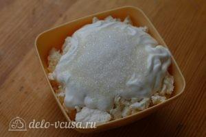 Блинно-творожный торт: Добавить сахар и сметану в творог